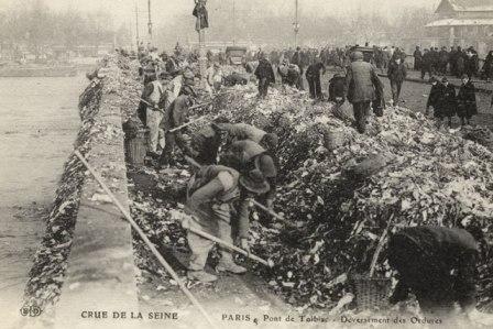 Crue de la Seine en 1910 : les déchets sont jetés dans le fleuve.
